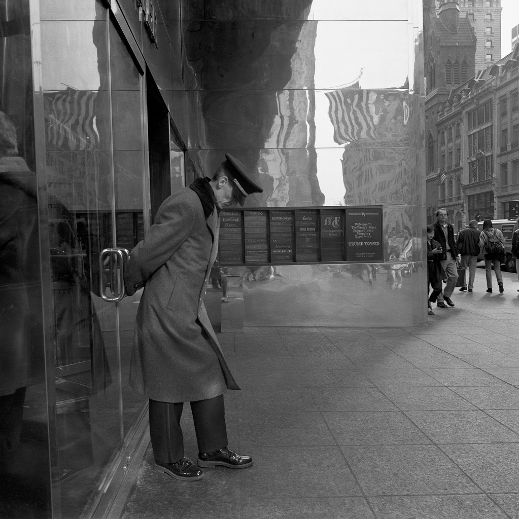 025 Angel Sanz. The trump's tower doorkeeper. NYC. 1996